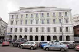 Торгово-офисный центр на Арбатской площади правительство собирается купить за 290 млн долларов.</p><p>Эти, как впоследствии выяснилось, рейдеры в то время бороздили нижние уровни московского правительства в поисках того, что плохо лежит. Формальным инвестором стала «подставная» компания Казакова ООО «Активторгстром» (АТС). Раздел долевой собственности был таким: инвестору – 65% площадей, мне – 35. По настоянию инвестора и для того, чтобы он чувствовал себя уверенно и не опасался всяческих подвохов, я взял на работу главным бухгалтером Любовь Мавровскую, по себестоимости продал 2000 метров в будущем проекте и пообещал после государственной регистрации продать 50% акций «Инвестпроекта». Другие 50%, к слову, были проданы моим партнерам (фамилии известны редакции). И вот тогда я и совершил ошибку – подписал договор купли-продажи с АТС; договор, который впоследствии станет основанием для отъема моей компании. Сумма договора была смехотворной – 190 рублей, что в миллионы раз уступало официальной рыночной стоимости акций. Мои действия подчеркивали изначальное доверие к инвестору и готовность к долгосрочному сотрудничеству.</p><p>Правда, зарегистрировать изменения в журнале акционеров (приходная запись в котором меняет собственников компании) я не мог по формальной причине – для этого надо было сделать официальную оферту моим партнерам, которые контролировали половину долей компании. Поэтому я внес в реестр блокирующую запись на продажу акций – но это, как выяснилось позже, уже ничего не изменило… Подготовка к «недружественному поглощению» состоялась. Как раз в этот момент на переговорах стал появляться некий Александр Козлов, которого Казаков представил мне как своего партнера.</p><p>«Уволили» из собственников</p><p>Обязательства по договору «Жилреконструкция» и «Активторгстром» выполняли плохо, срывали графики, переговоры с органами московского правительства. Всю работу пришлось выполнять самим. Вместе с адвокатами юридической фирмы «Юст», защищавшей мои интересы, мы всту